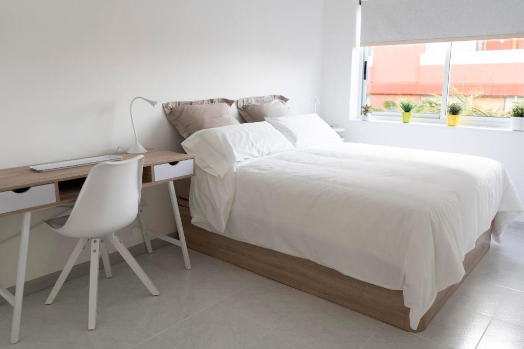 Cama o camas de una habitación en Central Apartment Near Martianez Beach with Balcony