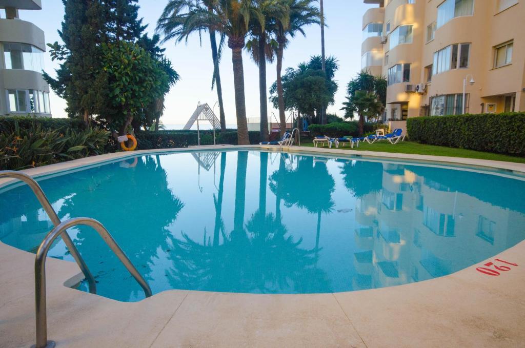 The swimming pool at or near Apartamento con Vistas al Mar