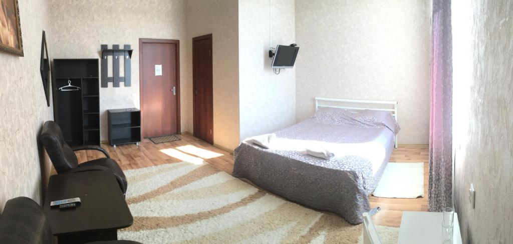 A bed or beds in a room at Pridorozhnaya Guest House
