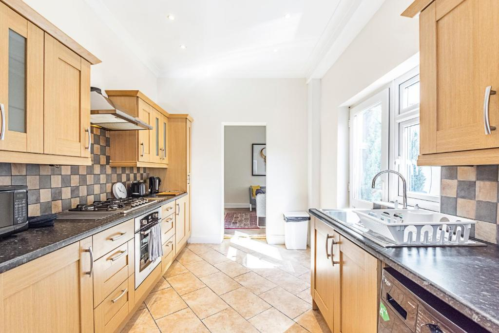 3a627164f7a8f 4 Bedroom House, TOOTING - SK, London – Updated 2019 Prices