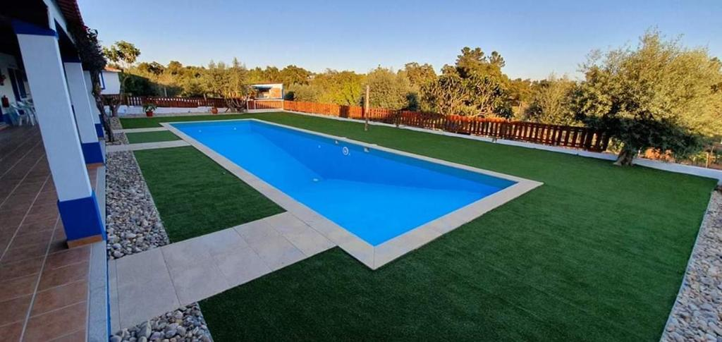 The swimming pool at or near Monte Família Ferreira