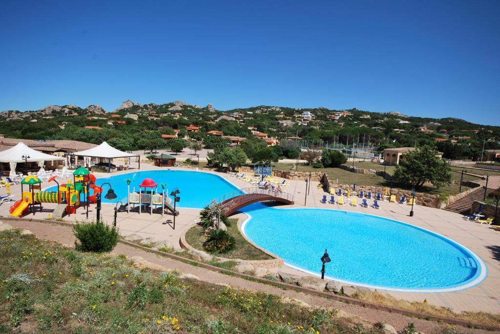 Вид на басейн у Residence Rena Majore або поблизу