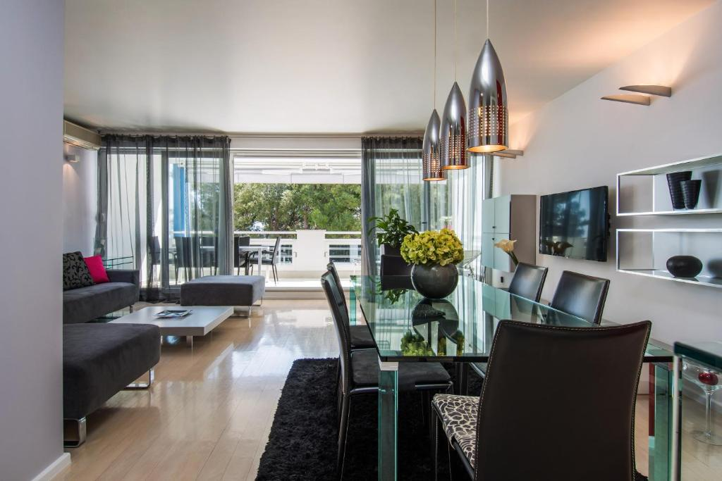 A seating area at Hermosa Luxury Apartment