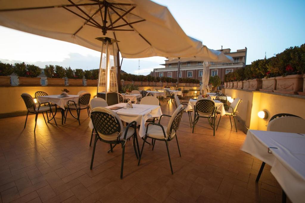 Um restaurante ou outro lugar para comer em Hosianum Palace