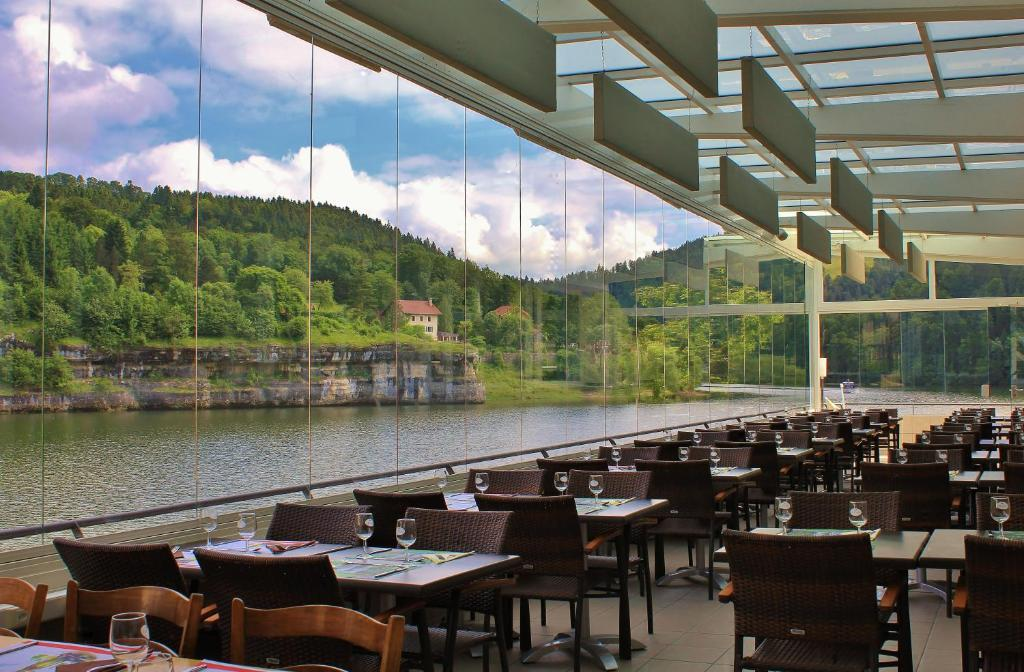 A restaurant or other place to eat at Les Rives Du Doubs