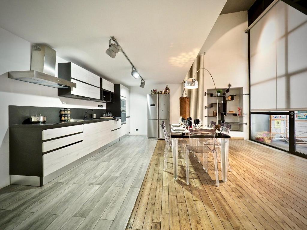 A kitchen or kitchenette at LUSSUOSO LOFT DEI GIUSTINIANI ACQUARIO EXPO