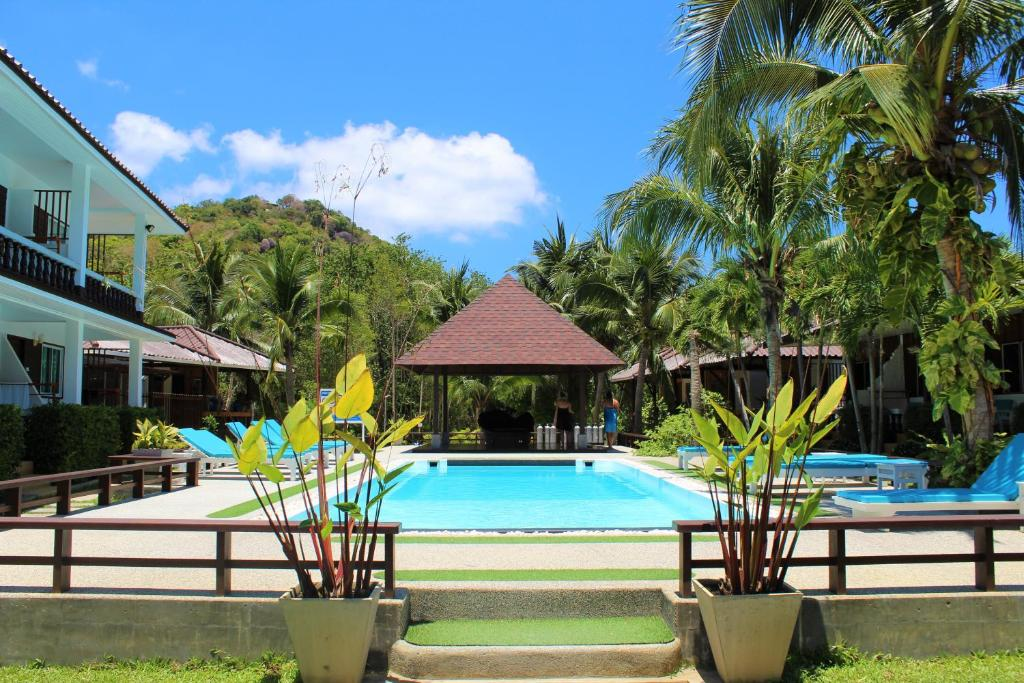 The swimming pool at or near Assava Dive Resort