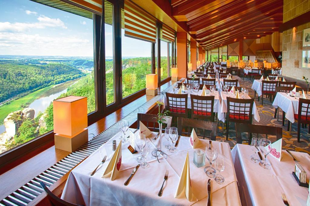 A restaurant or other place to eat at Berghotel Bastei