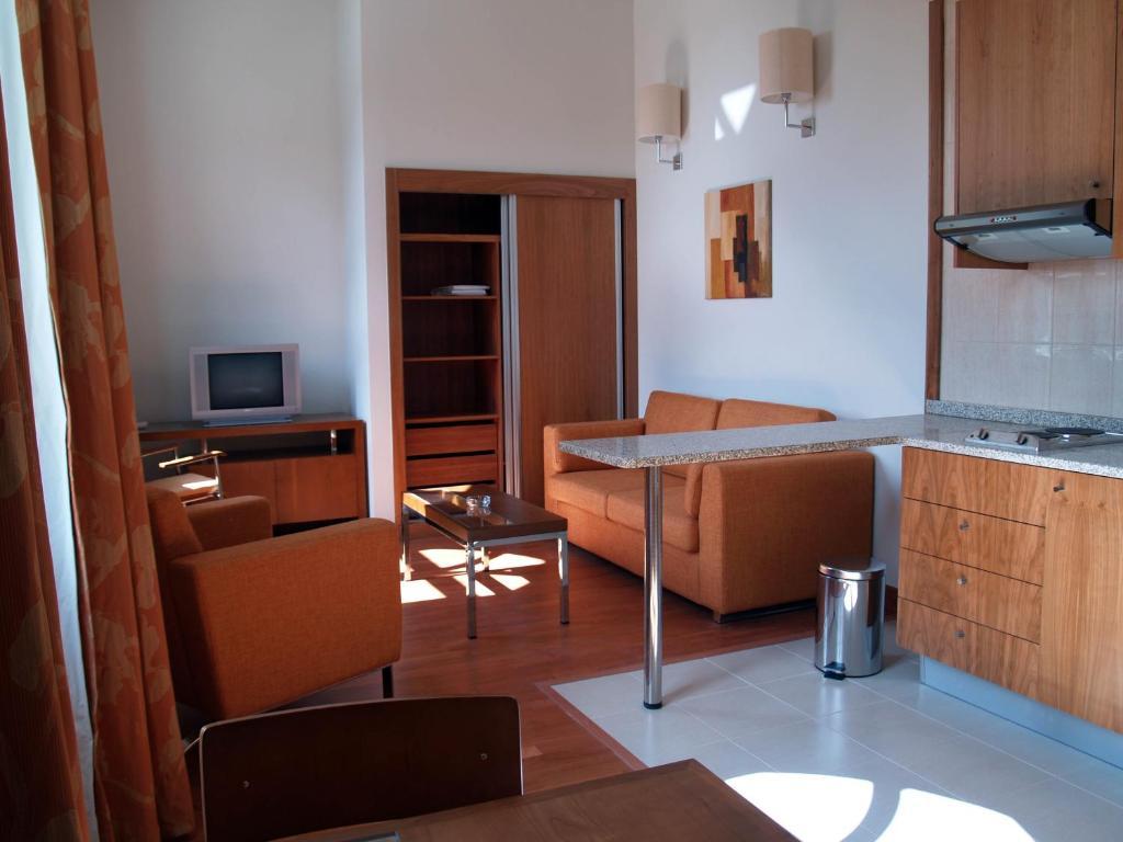 Televisyen dan/atau pusat hiburan di Hotel Apartamentos Geres Ribeiro