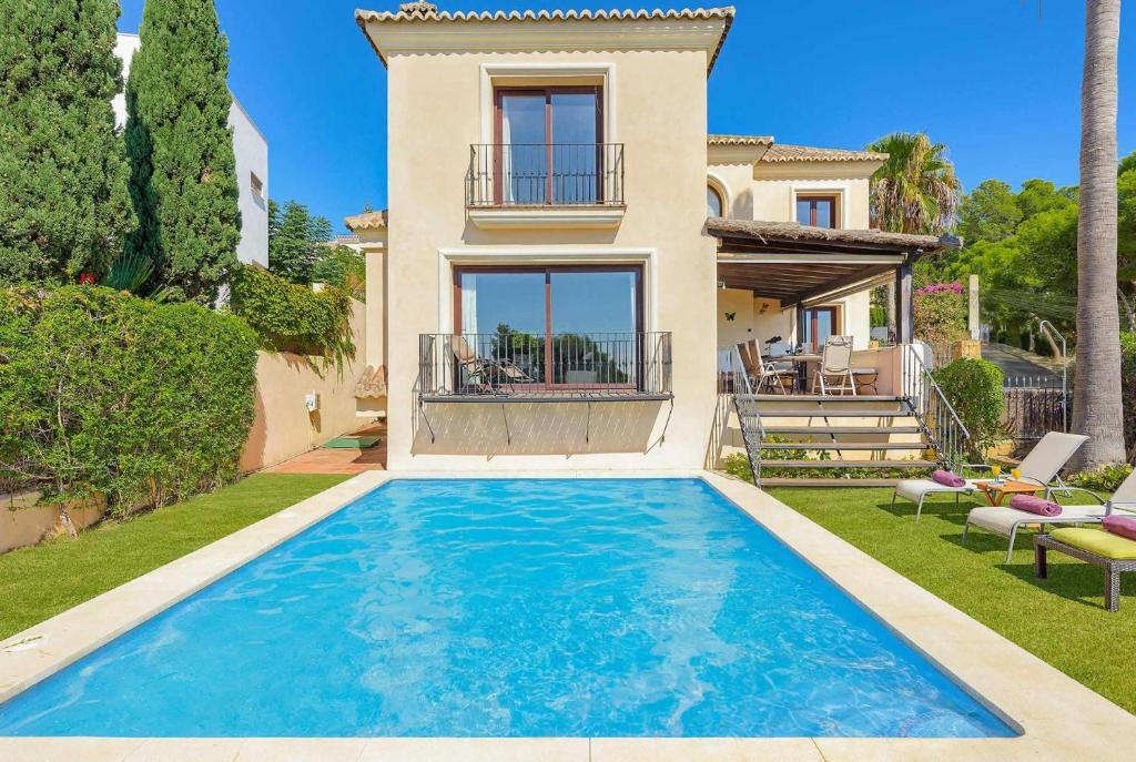 The swimming pool at or near Estepona Villa Sleeps 6 Pool Air Con WiFi