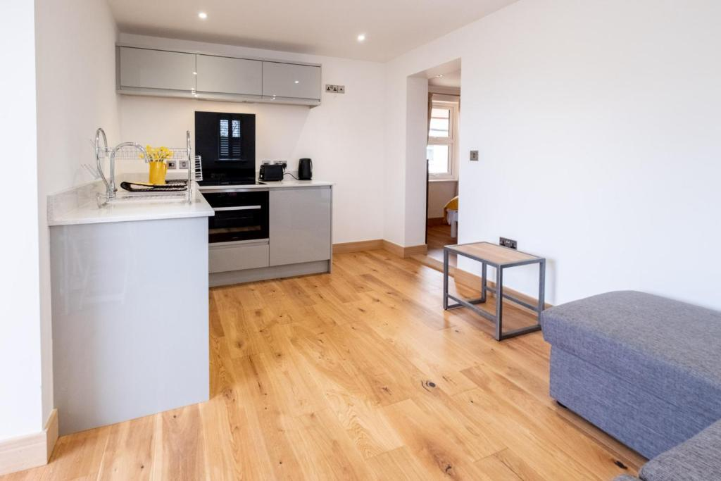A kitchen or kitchenette at Oak – Three Tuns Apartments