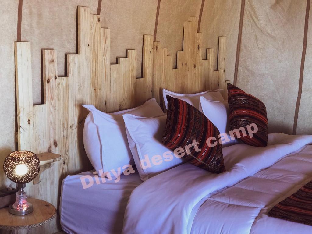 Een bed of bedden in een kamer bij Dihya desert camp