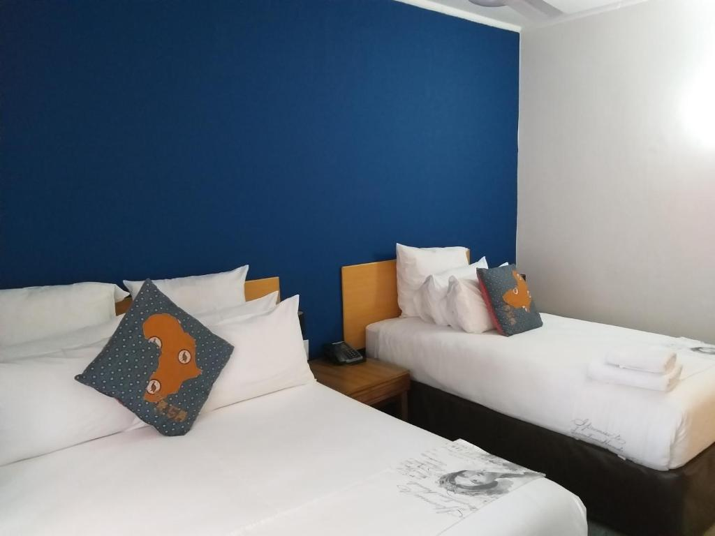 A bed or beds in a room at Cajori Hotel