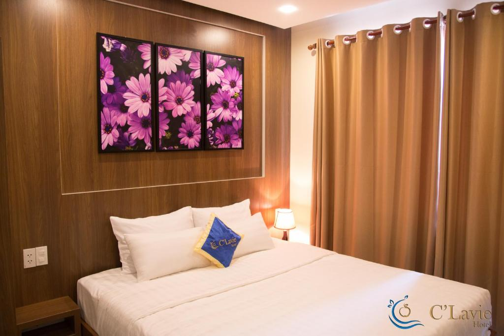 Кровать или кровати в номере C'Lavie Hotel - Saigon Airport Hotel
