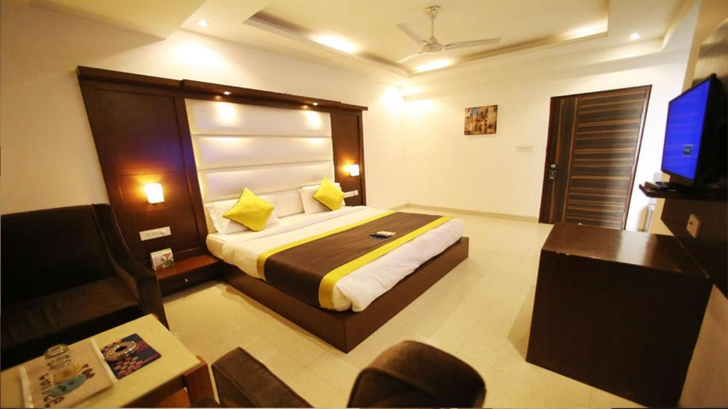 A bed or beds in a room at Hotel Era Residency
