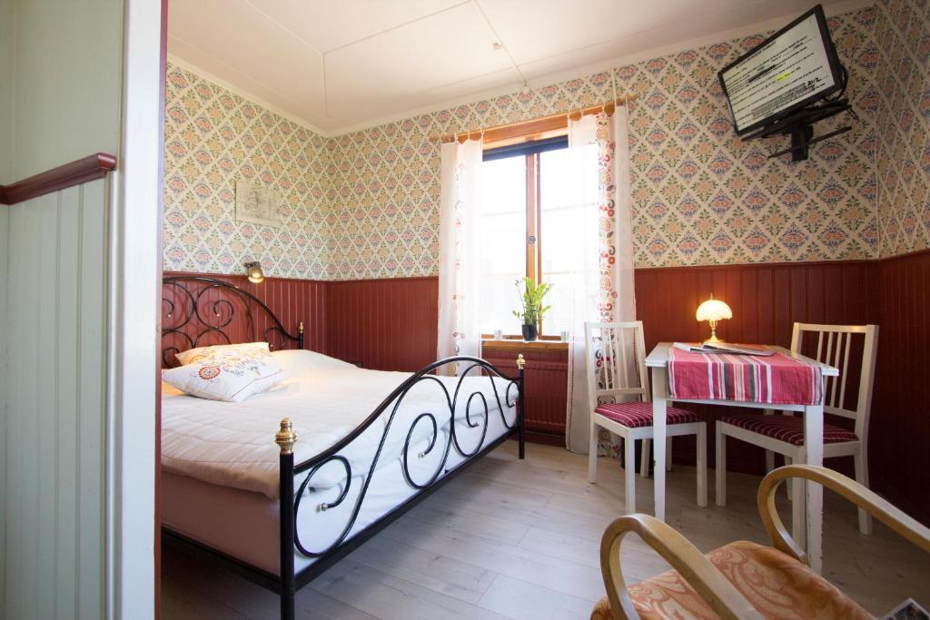 A bed or beds in a room at Prinsgården Vandrarhem