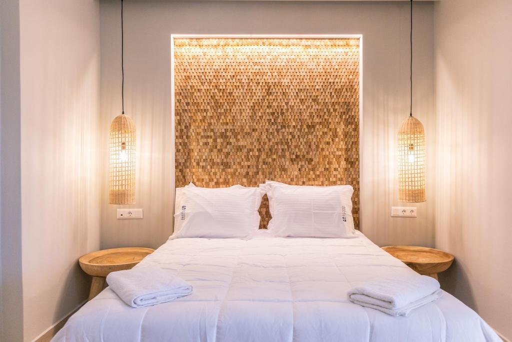 Ένα ή περισσότερα κρεβάτια σε δωμάτιο στο Rarakos Houses Corfu