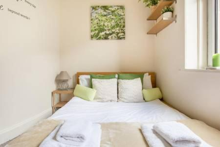 A bed or beds in a room at Henderson Gardens