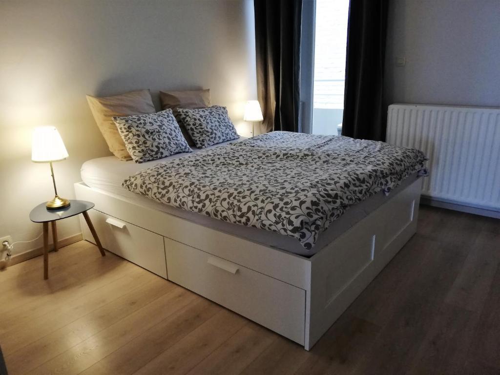 Een bed of bedden in een kamer bij appartement oostende vlak bij zee