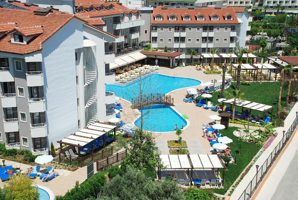 Uitzicht op het zwembad bij Monachus Hotel & Spa of in de buurt