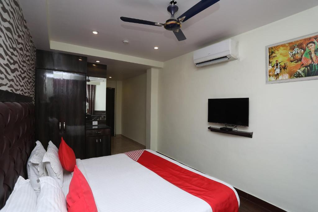 A bed or beds in a room at OYO 38057 Hotel Maan