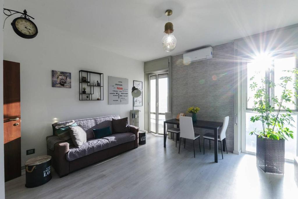 A seating area at Appartamento moderno San Siro