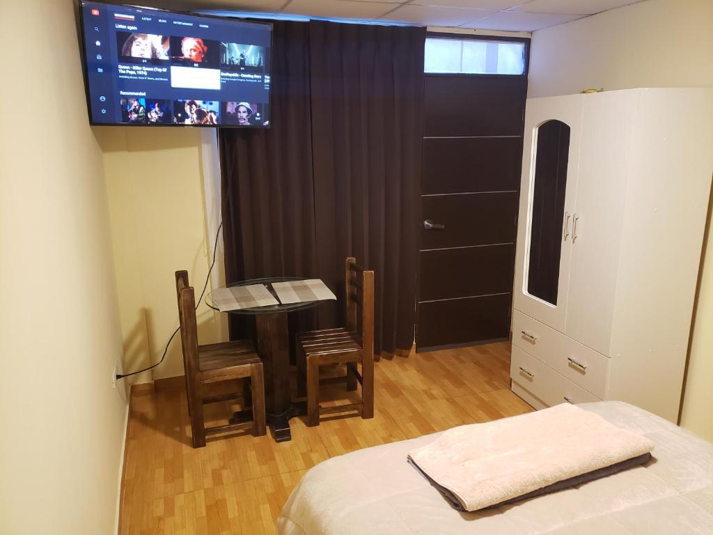 A television and/or entertainment center at Habitación privada céntrica Arequipa
