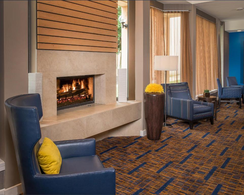 A seating area at Courtyard by Marriott Annapolis