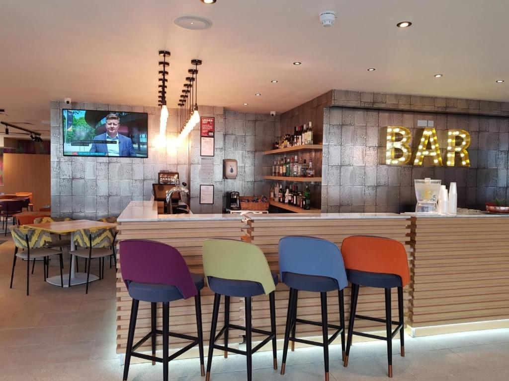The lounge or bar area at Best Western Plus London Wembley Hotel