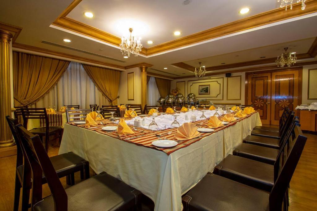 5c2a15af7 A restaurant or other place to eat at Al Haram Hotel - Al Rawda