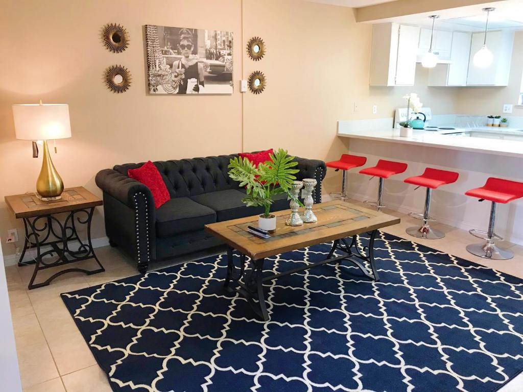 A seating area at Near Strip 7mins Entire Condo FREE Parking FREE WIFI