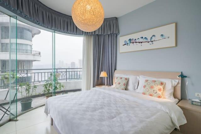 Кровать или кровати в номере Colonial Stores psychologist Vietnam