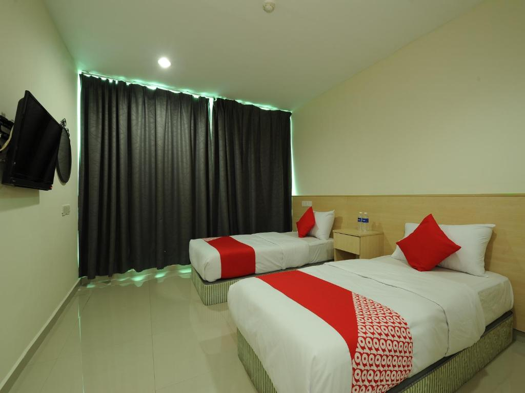 A bed or beds in a room at OYO 1055 Batu Caves Star Hotel