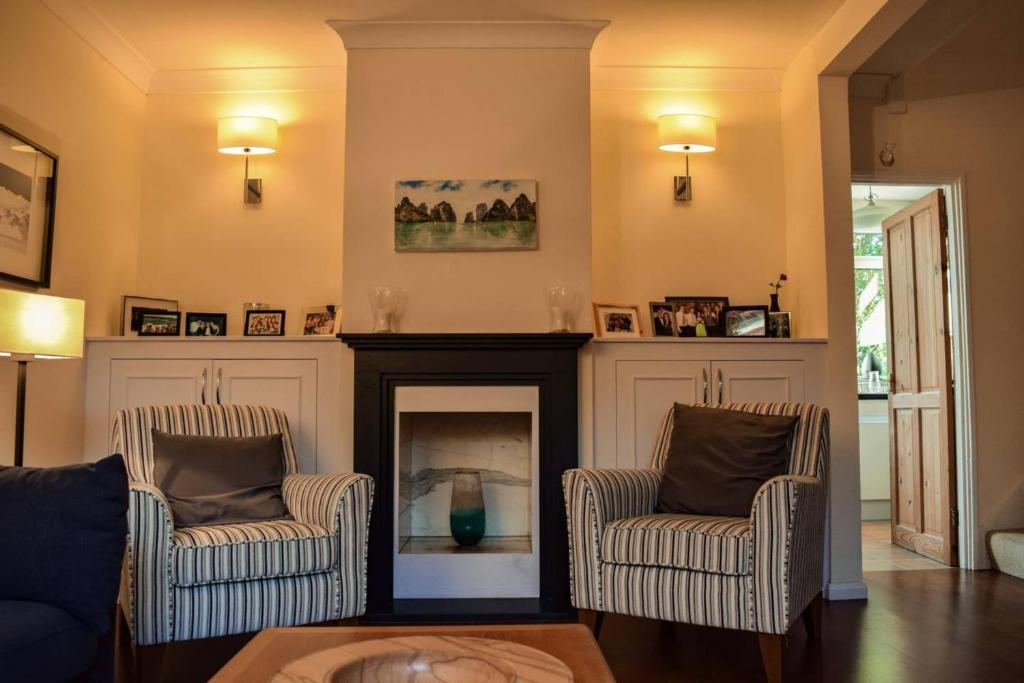 A seating area at 3 Bedroom Home next to Greenwich Park