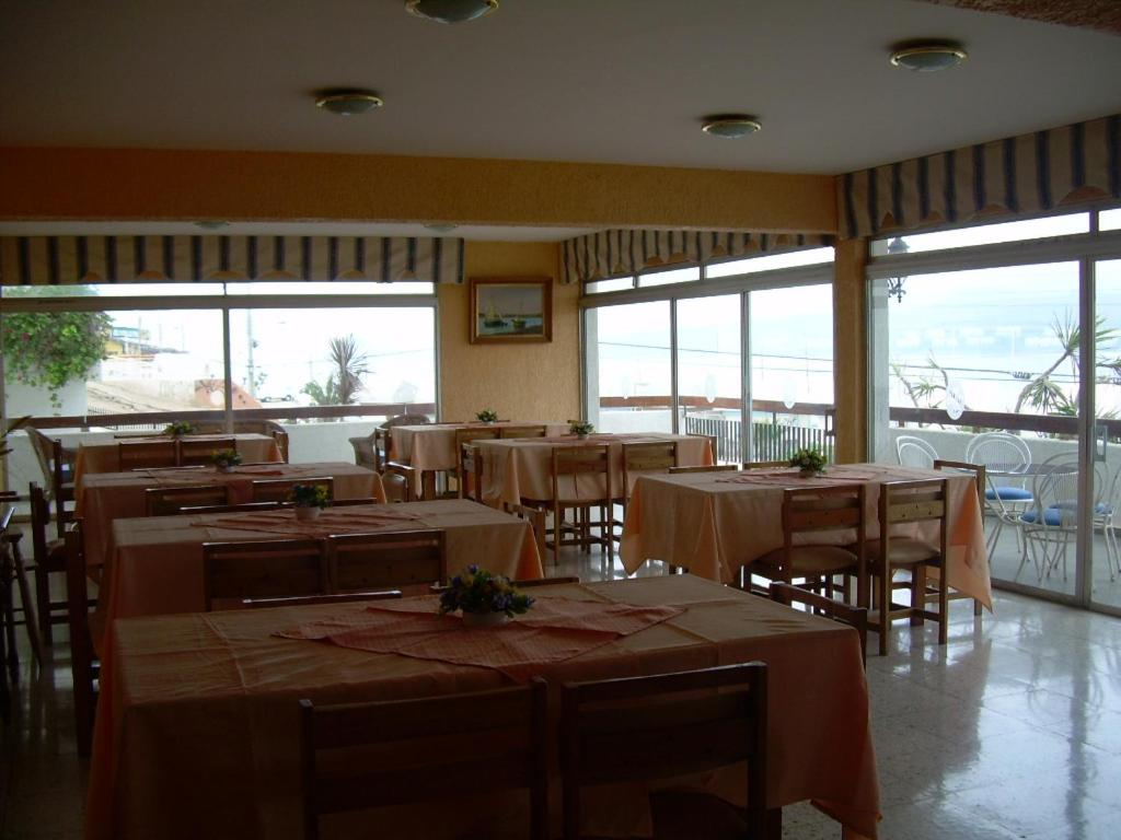A restaurant or other place to eat at hosteria tongoy costa