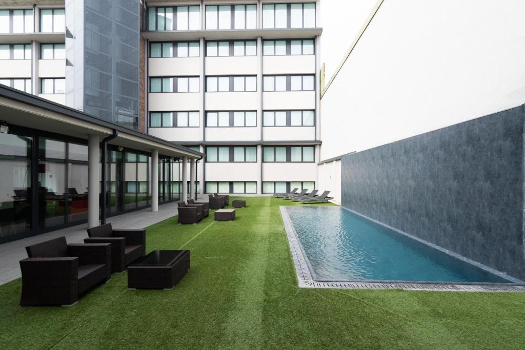 Der Swimmingpool an oder in der Nähe von BB Hotels Smarthotel Milano Linate