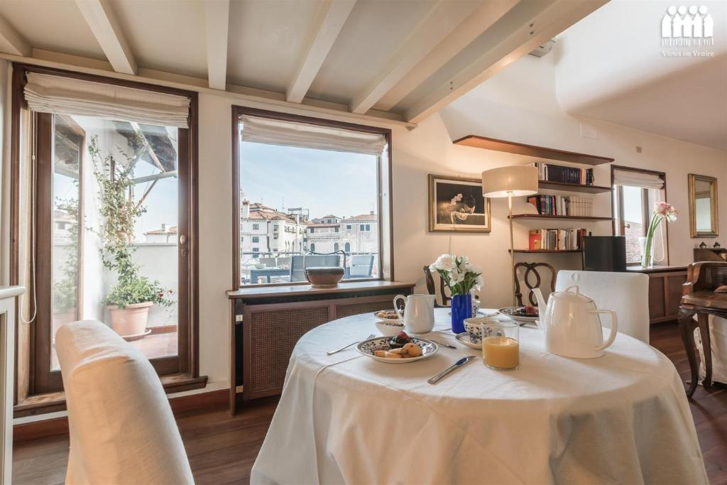 A restaurant or other place to eat at Ca' Accademia Terrace
