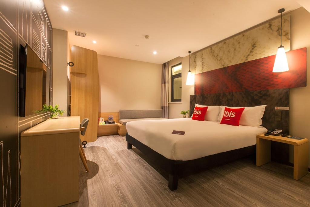 A bed or beds in a room at Ibis Wuhan Hubu Alley Hotel