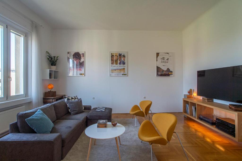 Bright top floor apartment near downtown, Budapest – Prezzi ...