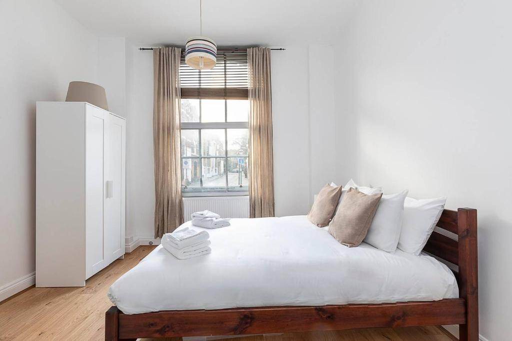 A bed or beds in a room at Flat on Upper Street/Islington, near King's Cross!