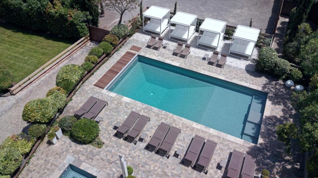 A view of the pool at Hôtel Montmorency or nearby
