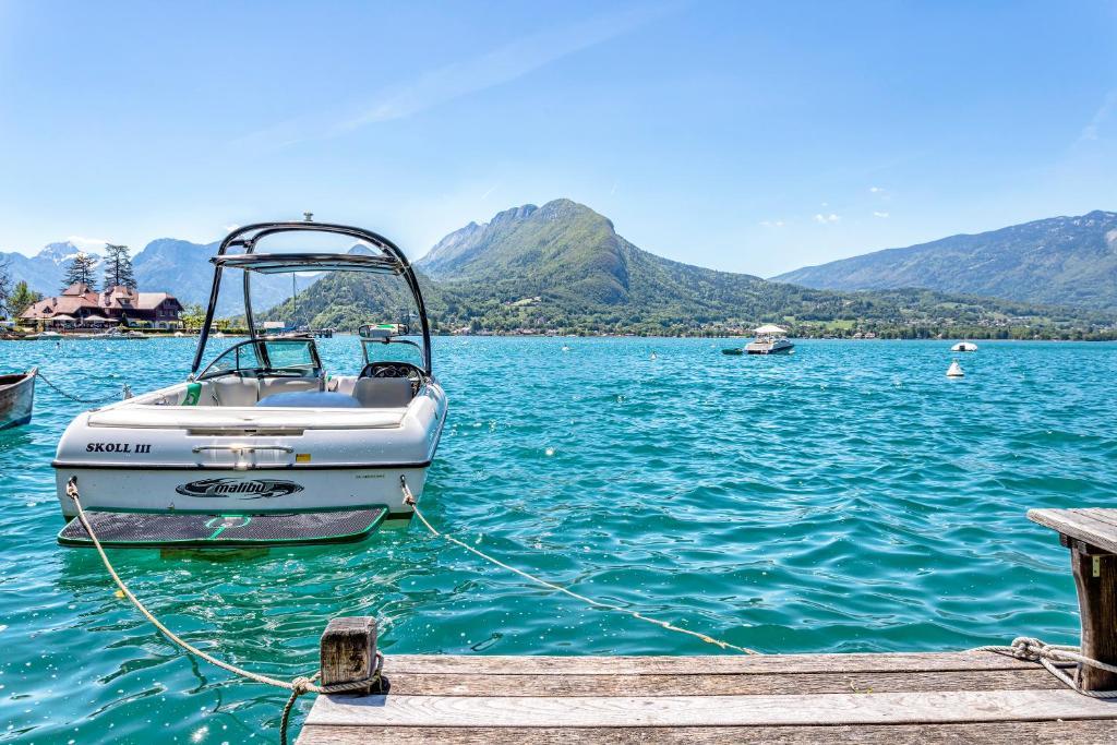 Le Fartot : Villa dans la Baie avec ponton privé., Talloires ...
