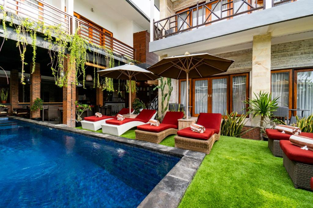 Het zwembad bij of vlak bij Nyuh Gading Home Stay