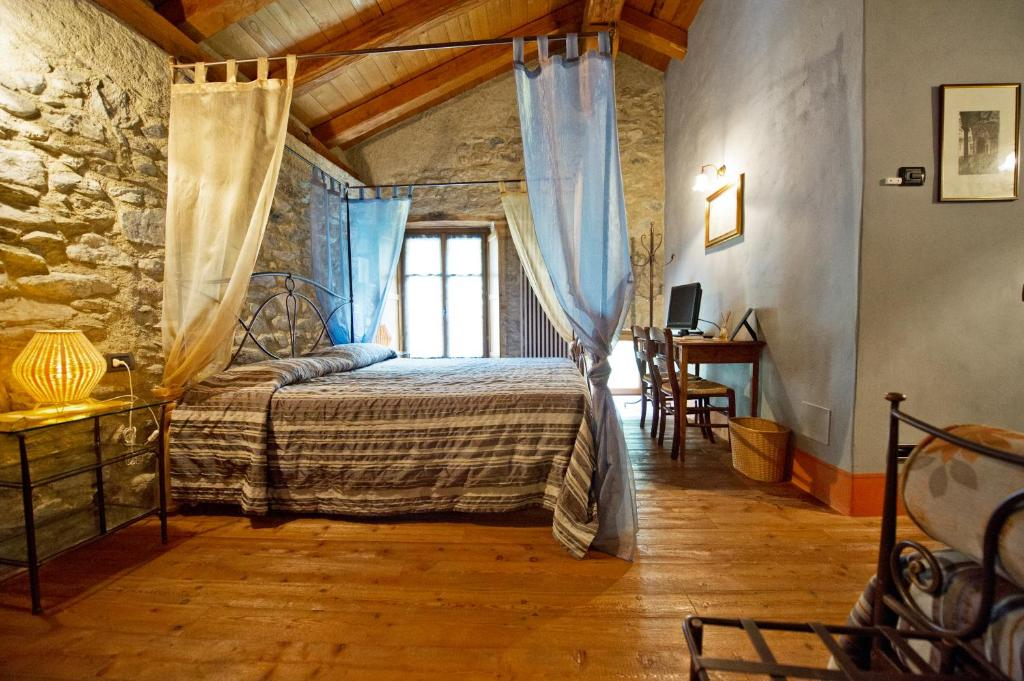 A bed or beds in a room at La Maison Des Vignerons Chambres D'Hotes B&B
