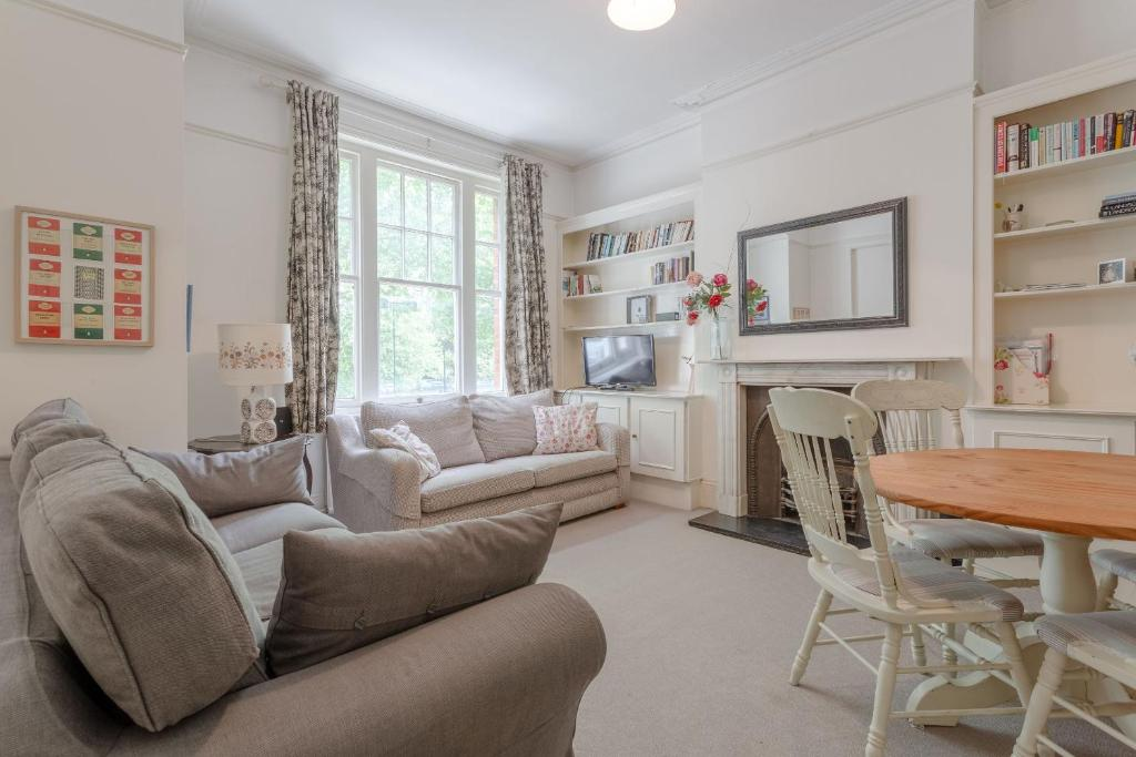 A seating area at Cosy Three Bedroom Apartment In Fulham