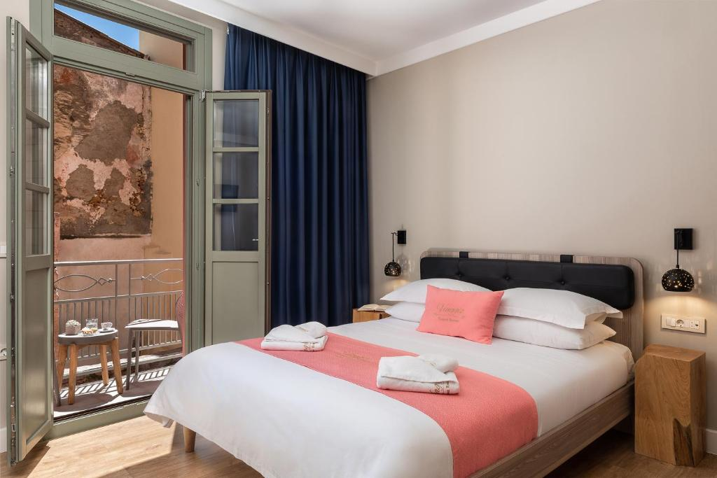 A bed or beds in a room at Viaggio Elegant Rooms