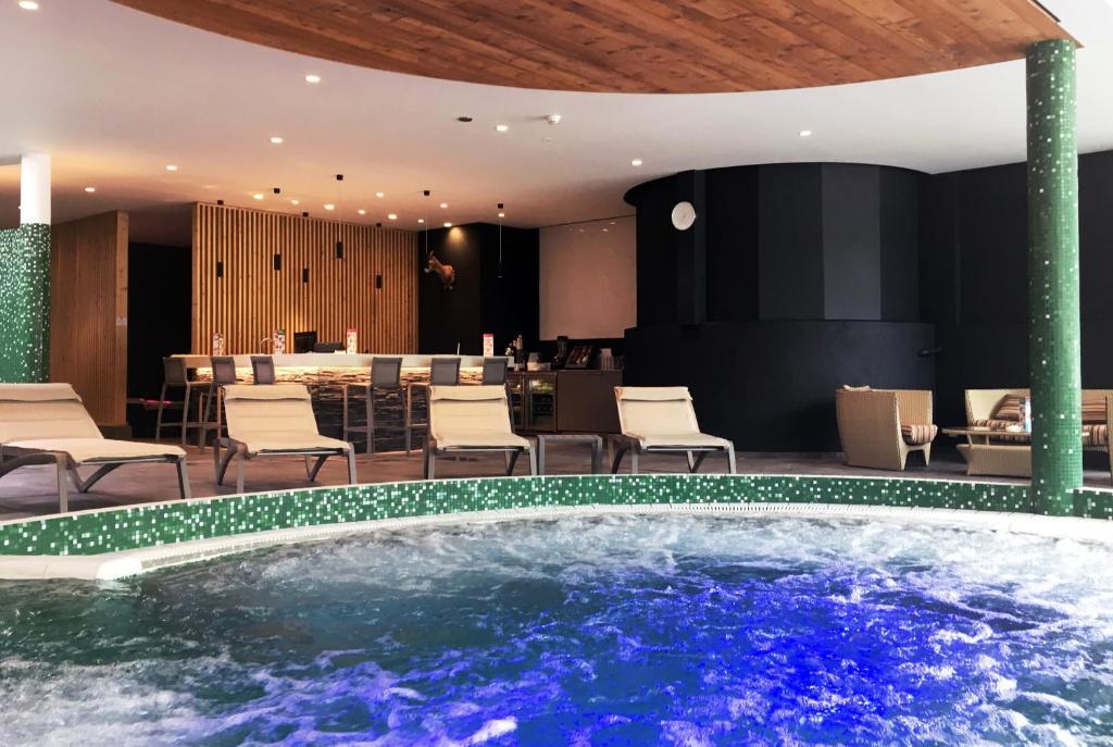 Der Swimmingpool An Oder In Der Nähe Von Hôtel Des Bains Du0027Ovronnaz