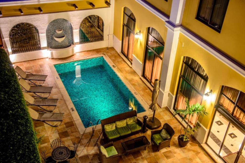 A view of the pool at Hotel Plaza Campeche or nearby