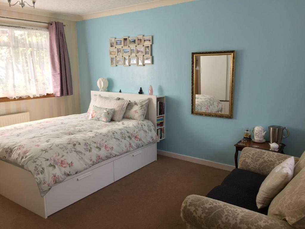 A bed or beds in a room at Peaceful double bedroom