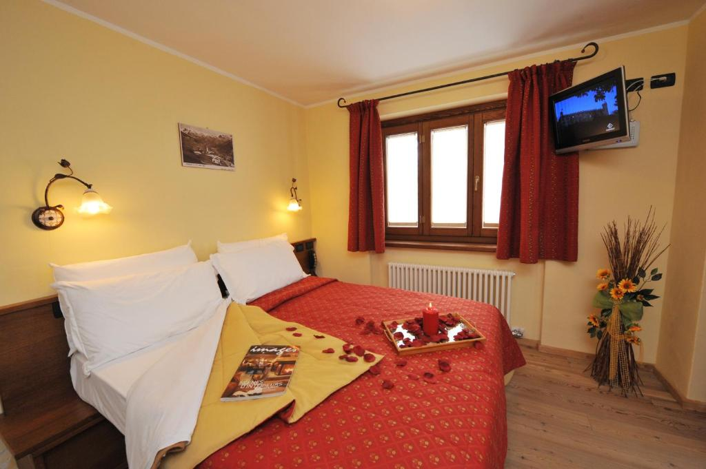 A bed or beds in a room at Hotel Le Petit Abri